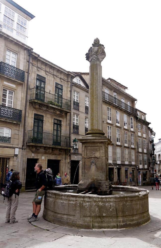 Peregrinos encontrándose en la Plaza de Cervantes