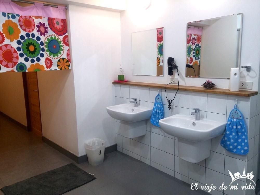 Baños compartidos en el hostel Cubik Bangkok